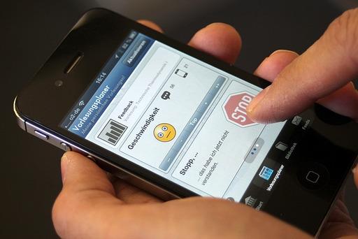 Das Display eines Smartphones mit einer neuen Anwendung für Studenten.